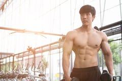 de domoor van de mensenlift in gymnastiek bodybuildermannetje die in fitnes uitwerken Stock Foto