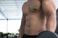 de domoor van de mensenlift in gymnastiek bodybuildermannetje die in fitnes uitwerken Royalty-vrije Stock Fotografie