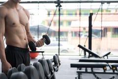 de domoor van de mensenlift in gymnastiek bodybuildermannetje die in fitnes uitwerken Stock Afbeeldingen