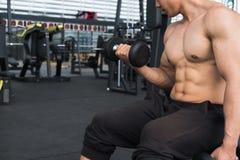 de domoor van de mensenlift in gymnastiek bodybuildermannetje die in fitnes uitwerken Royalty-vrije Stock Afbeelding