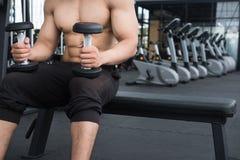 de domoor van de mensenlift in gymnastiek bodybuildermannetje die in fitnes uitwerken Stock Fotografie