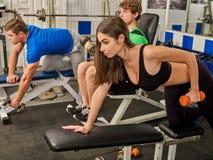 De domoortraining van de vrouwenholding bij gymnastiek Royalty-vrije Stock Afbeelding