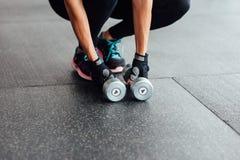 De domoren liggen op de vloer in de gymnastiek Stock Fotografie