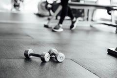 De domoren liggen op de vloer in de gymnastiek Stock Afbeeldingen