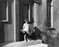 De domoren van de meisjesholding en status voor een deur (Alle afgeschilderde personen leven niet langer en geen landgoed bestaat Stock Afbeelding