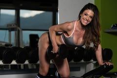 De Domoren van Exercising Back With van de vrouwenatleet Royalty-vrije Stock Afbeelding