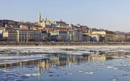 De Donau bij wintertijd in Boedapest Stock Foto's