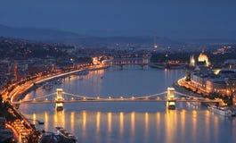 De Donau 's nachts in Boedapest, Hongarije Royalty-vrije Stock Afbeeldingen