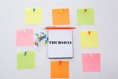 De donderdag, Concept schrijft op Bureaulijst, blocnote en kleurrijk potlood Mening van hierboven met exemplaarruimte Stock Foto