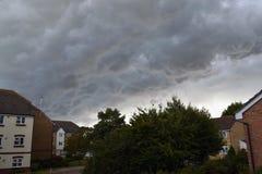 De donderwolken verzamelen zich boven woonhuisvesting Royalty-vrije Stock Afbeeldingen
