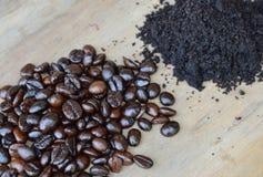 De donker boon van de braadstukkoffie en poeder op houten raad Stock Foto's