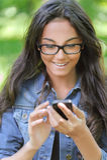 De donker-haired jonge vrouw leest Royalty-vrije Stock Fotografie