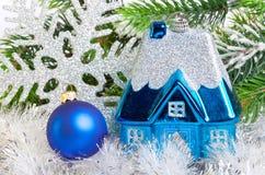 De donkerblauw bal van het Nieuwjaar s en stuk speelgoed plattelandshuisje Royalty-vrije Stock Fotografie