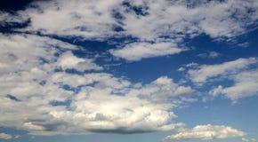 De donkerblauwe achtergrond van de de zomerhemel Stock Afbeelding