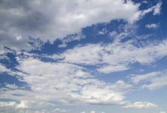 De donkerblauwe achtergrond van de de zomerhemel Stock Afbeeldingen
