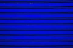 De donkerblauwe achtergrond van de het blinddeur van de staalrol (het verstand van de garagedeur Royalty-vrije Stock Foto's