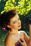 De donkerblauwe druiven van de vrouw Stock Foto