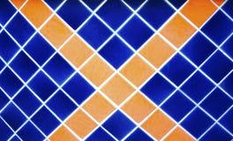 De donkerblauwe en oranje vierkante, dwarsmuur van het tegelpatroon royalty-vrije stock afbeelding