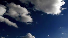 De donkerblauwe hemel en het lopen betrekken timelapse lengte stock videobeelden