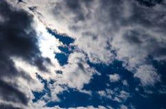 De donkerblauwe hemel met een stratocumulus betrekt en de zon Stock Foto