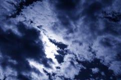 De donkerblauwe hemel met een stratocumulus betrekt en de zon gestemd Stock Foto's