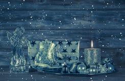 De donkerblauwe Kerstmisdecoratie met kaars en stelt op woode voor Stock Foto