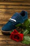 De donkerblauwe man schoen en nam toe Royalty-vrije Stock Afbeeldingen