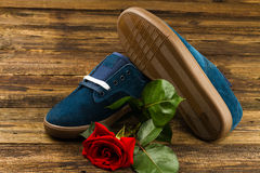 De donkerblauwe man schoenen en namen toe Stock Foto's