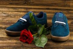 De donkerblauwe man schoenen en namen toe Royalty-vrije Stock Afbeelding