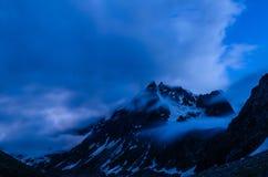 In de Donkerblauwe Nacht Royalty-vrije Stock Afbeeldingen