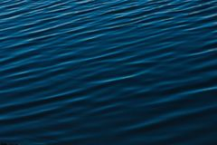 De donkerblauwe rimpeling van het rivierwater stock afbeelding