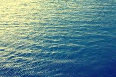 De donkerblauwe van het overzeese achtergrond golfpatroon Stock Foto