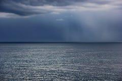De donkerblauwe Zwarte Zee, waarover donkere wolken Stock Afbeeldingen