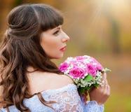 De donkerbruine achtergrond van de bruidherfst met boeket Stock Foto