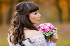 De donkerbruine achtergrond van de bruidherfst met boeket Royalty-vrije Stock Afbeeldingen