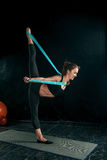 De donkerbruine atletische vrouw die met rubberband uitoefenen Royalty-vrije Stock Afbeeldingen