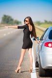 De donkerbruine auto van de vrouwenweg Royalty-vrije Stock Afbeeldingen