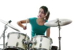 De donkerbruine Braziliaanse vrouw speelt de trommels in studio Royalty-vrije Stock Foto