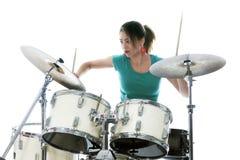 De donkerbruine Braziliaanse vrouw speelt de trommels in studio Royalty-vrije Stock Foto's