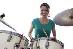 De donkerbruine Braziliaanse vrouw speelt de trommels in studio Stock Afbeeldingen