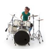 De donkerbruine Braziliaanse vrouw speelt de trommels in studio Stock Afbeelding