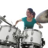 De donkerbruine Braziliaanse vrouw speelt de trommels in studio Royalty-vrije Stock Fotografie