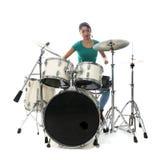 De donkerbruine Braziliaanse vrouw speelt de trommels in studio Royalty-vrije Stock Afbeelding