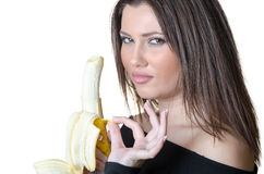 De donkerbruine dame pelt een banaan Royalty-vrije Stock Afbeeldingen