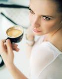 De donkerbruine dame van Nice in de koffiewinkel Royalty-vrije Stock Foto