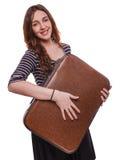 De donkerbruine glimlachende vrouw die een koffer houden heeft reis Stock Afbeelding