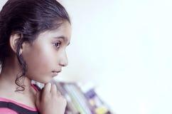 De donkerbruine hand van het meisjeskind op kin Royalty-vrije Stock Foto