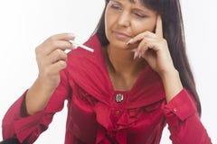 De donkerbruine Kaukasische Sigaret van de Vrouwenholding Stock Foto's