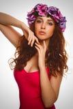 De donkerbruine krullende kroon van het vrouwenmeisje van bloemen Stock Fotografie