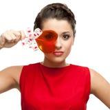 De donkerbruine lolly van de vrouwenholding Stock Foto's